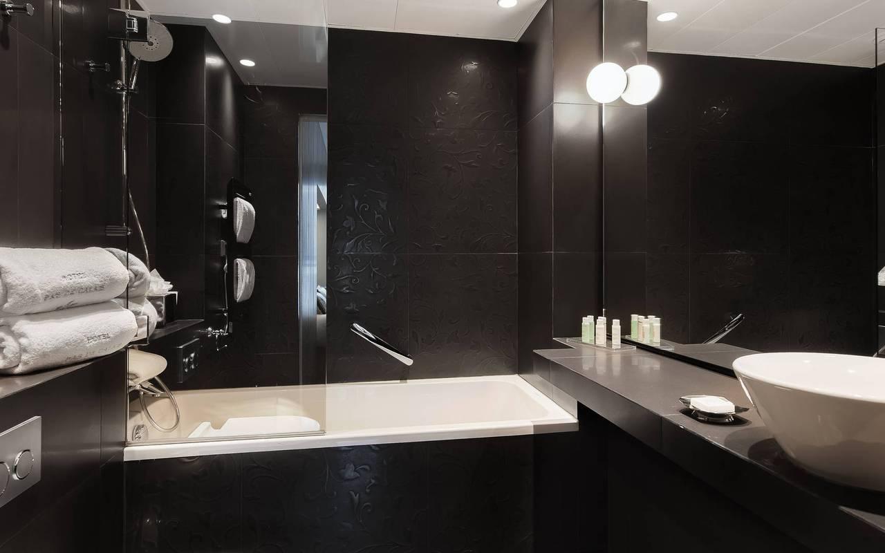 Spacious bathroom at the parisian hotel Pas de Calais