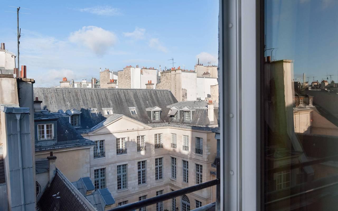 Vue sur les toits parisiens depuis un hôtel de charme à Saint-Germain-des-Prés