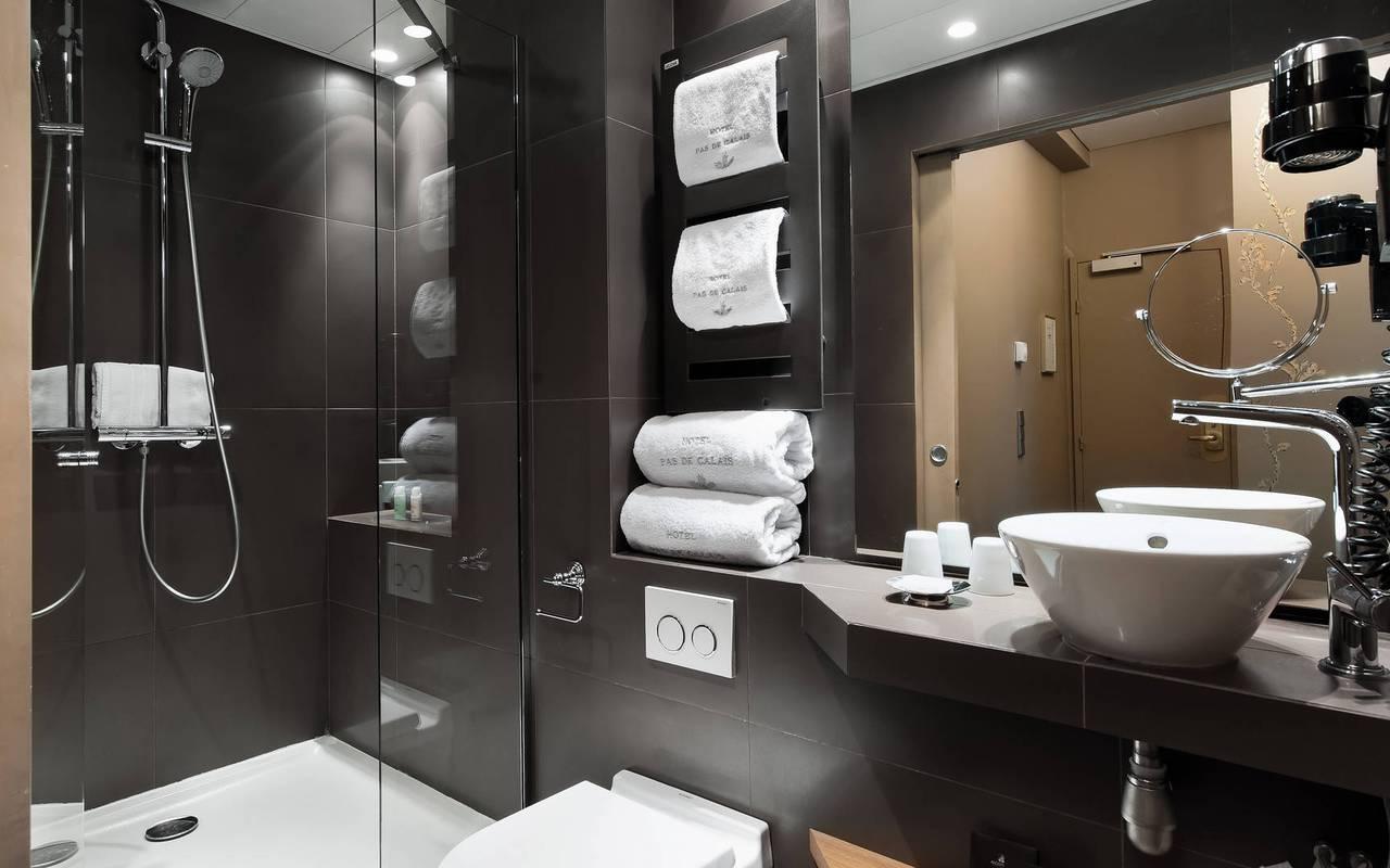 Salle de bain moderne hôtel parisien