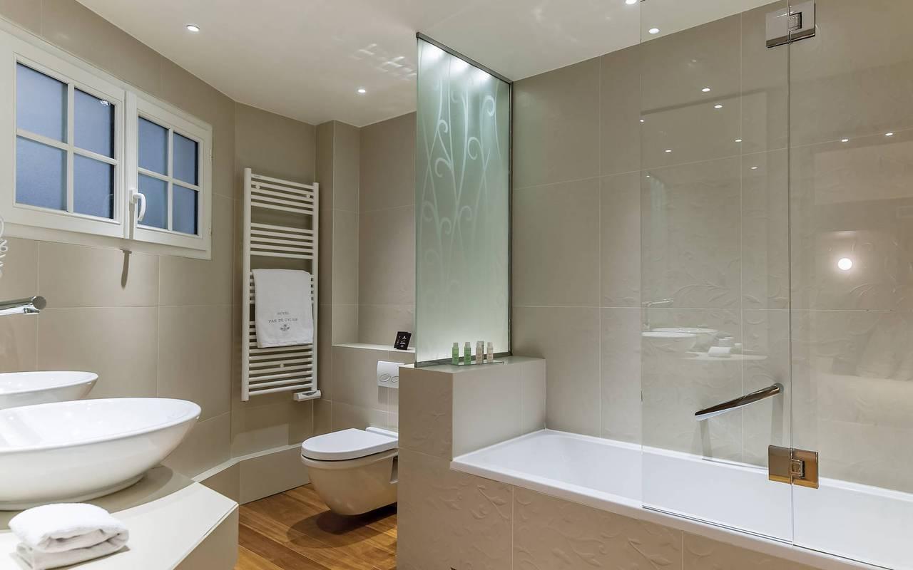 Spacieuse salle de bain parisienne à l'hôtel Pas de Calais