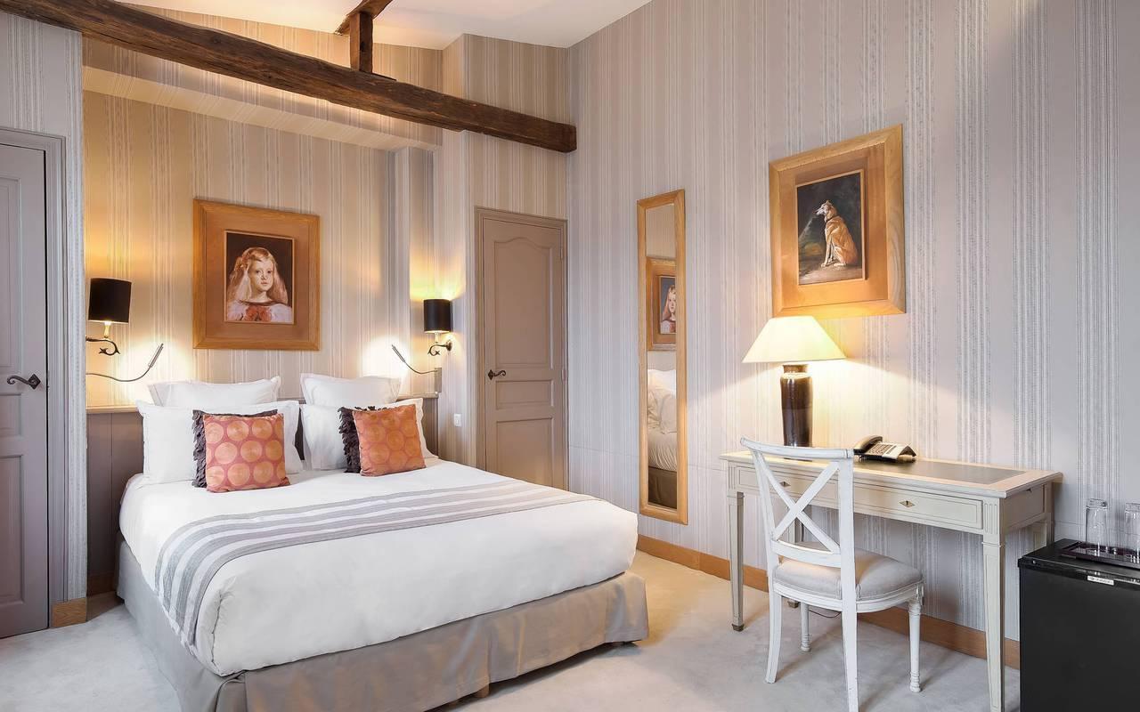 Spacieuse chambre de luxe parisienne
