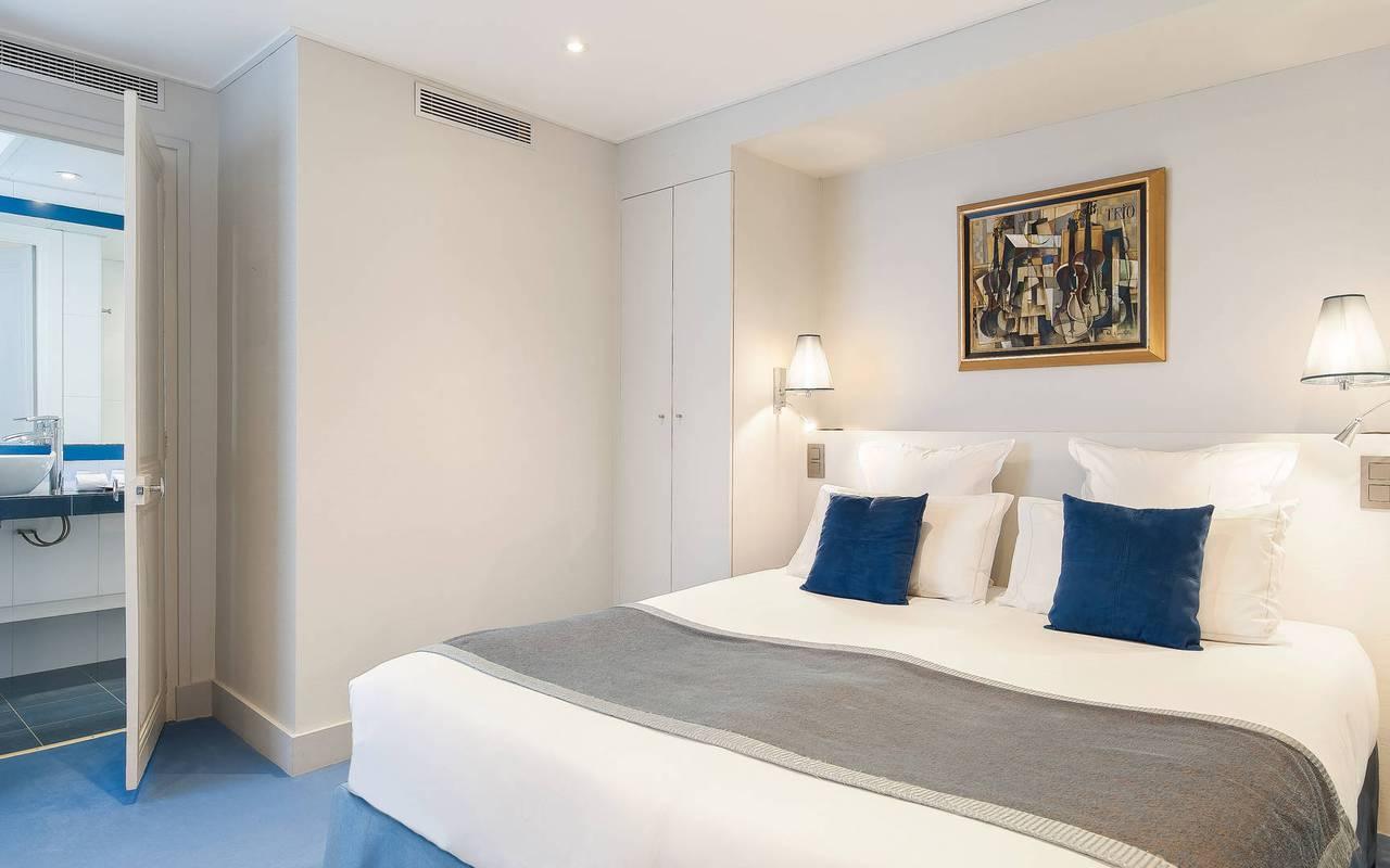 camera superior letto grande hotel pas de calais parigi le nostre camere familiare. Black Bedroom Furniture Sets. Home Design Ideas